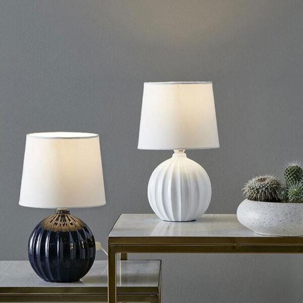 melanie-bordlampe-blaa-hvid
